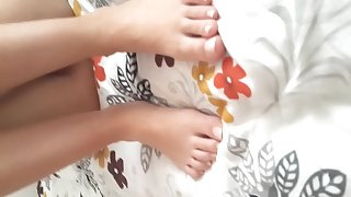 pantyless yng gf's perfect pussy feets toes